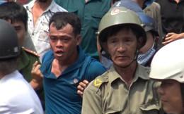 Hàng chục cảnh sát khống chế thanh niên cầm mảnh gương cố thủ trong tiệm game