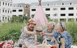 """Bộ ảnh đáng yêu về """"hội chị em"""" U90 đi picnic trong viện dưỡng lão: Đời có bao lâu, ta cứ vui thôi!"""