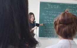 Sau 3 bức hình chụp lén trên giảng đường, cô giáo bỗng nổi nhất mạng xã hội hôm nay