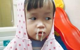"""Bức ảnh bé gái mầm non """"thò lò mũi xanh"""" rất đáng yêu, nhưng người nhận lời khen lại là cô giáo"""