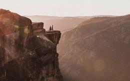 Cầu hôn bên vách đá cao hơn 2.000m, cặp đôi rơi xuống vực chết thảm