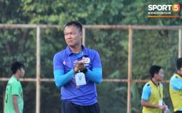 """Huyền thoại AFF Cup Dương Hồng Sơn """"nắn gân"""" trọng tài để bảo vệ học trò trong trận đấu quyết định giành quyền thăng hạng"""