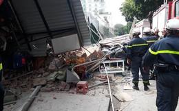 Bức tường bất ngờ đổ sập ở gần Hồ Gươm khiến nhiều người dân hoảng sợ