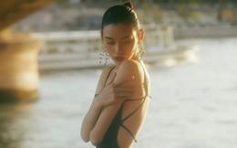 Siêu mẫu Victoria's Secret gốc Hoa khoe lưng trần quyến rũ ở Paris