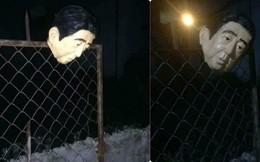 """Đi chơi đêm về, thanh niên suýt ngất khi thấy hình """"đầu người"""" trên cổng sắt nhọn hoắt"""