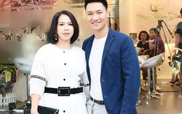 Vợ diễn viên Mạnh Trường xuất hiện giản dị tại sự kiện cùng chồng