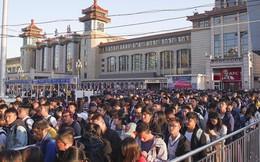 24h qua ảnh: Hành khách chen chúc đi tàu điện sau kỳ nghỉ lễ ở Trung Quốc