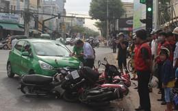 Taxi Mai Linh tông hàng loạt xe máy đang chờ đèn đỏ