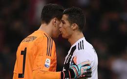 """Ronaldo """"nhắc bài"""" giúp thủ môn Juventus làm bẽ mặt Higuain trong quả penalty"""