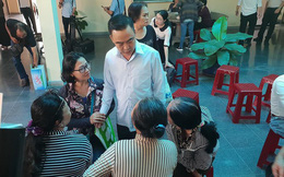 Ông Nguyễn Hồng Điệp giản dị gặp người dân Thủ Thiêm