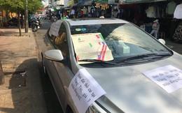 Đỗ xe bên lề vài phút, chủ nhân quay ra đầy ngỡ ngàng vì những mảnh giấy lạ dán đầy ô tô