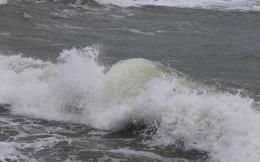 Biển Vũng Tàu xuất hiện sóng lớn 3m, sơ tán khẩn cấp gần 100.000 người