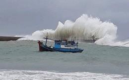 Bão số 9: Clip sóng cao hơn 5m đập vào đảo Phú Quý, không ai dám ra biển