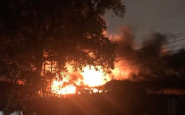 Cháy xưởng cực lớn lúc Sài Gòn đang ngập mênh mông, dân vất vả tháo chạy trong mưa to
