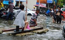 """Đường Sài Gòn ngập như sông: Lexus """"chết trân"""", tàu bè băng băng vượt nước"""