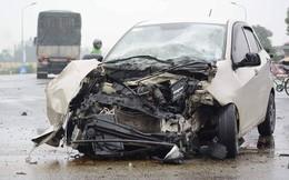 Xế hộp nát bét đầu sau cú đâm vào thân xe tải giữa ngã tư
