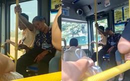 Trên xe buýt, cái ngả đầu của bà cụ và cánh tay căng cứng của nam thanh niên khiến hành khách chú ý