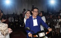 Chú rể Thành Nhơn chở cô dâu Hồng Mơ bằng xe dream vào giữa tiệc cưới