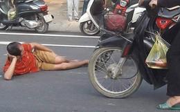 Đi bộ bị xe đạp điện đâm, người đàn ông nằm ăn vạ giữa đường khiến ai đi qua cũng nán lại