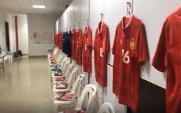Phòng thay đồ trận Lào vs Việt Nam: Cầu thủ phải ngồi ghế nhựa trong khoảng không chật hẹp
