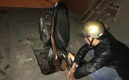 Người đàn ông giật mình nhảy ra khỏi xe vì thiếu sót tai hại của thợ đào cống