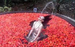 24h qua ảnh: Cô gái thi ăn ớt dưới suối nước nóng ở Trung Quốc