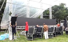 Lắp màn hình LED rộng 40m2 gần nhà Quang Hải phục vụ người dân xem bóng đá