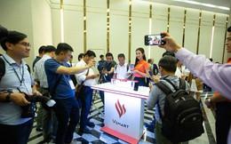 Hàng trăm người chờ đợi thử nghiệm điện thoại VSmart