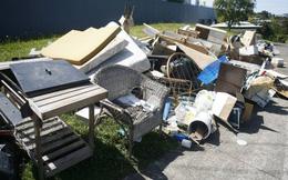 Đang dọn rác bên đường, công nhân vệ sinh phát hiện chiếc két lạ rồi choáng váng khi mở ra