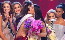 """Ai cũng tươi cười chúc mừng Hoa hậu Hoàn vũ 2018, mỗi Á hậu 1 có ánh mắt """"thiếu thiện cảm"""" lạ lùng!"""