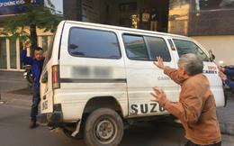 """Góc đoàn kết: Người dân cùng nhau """"giải cứu"""" chiếc ô tô gặp nạn lật ngang trên vỉa hè Hà Nội"""
