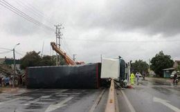 Hoảng loạn khi xe tải chở 30 tấn axit lật trước nhà