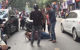 Hình ảnh 'Aquaman' nằm giữa đường phố Hà Nội khiến bao người tò mò trong sáng cuối tuần