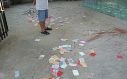 Hai thanh niên vẽ sơn, tạt mắm tôm và rải vàng mã để đòi nợ thuê