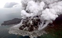 24h qua ảnh: Dung nham phun trào dữ dội từ núi lửa Anak ở Indonesia