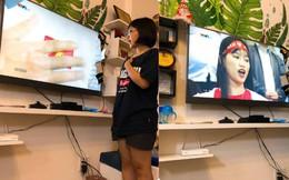 """Bức ảnh cô bé hát quốc ca cùng ĐT Việt Nam gây """"sốt"""", dân mạng chỉ ra điều bất hợp lý"""