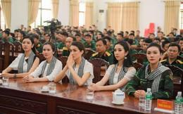 Á hậu Lệ Hằng, Thúy Vân, Thúy An tặng sách các chiến sĩ quân đội