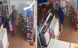 Clip: Hành động chớp nhoáng, cặp đôi ăn trộm được 1 thiết bị đồ gia dụng lớn trong cửa hàng