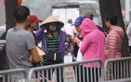 """Cận cảnh """"chợ đen"""" của dân phe vé trước trận Việt Nam vs Philippines"""