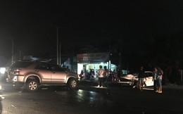 Hai ôtô nát đầu sau va chạm, người dân cạy cửa cứu tài xế