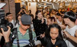 Hàng trăm khán giả xếp hàng dài mua album nặng 7kg của Đông Nhi
