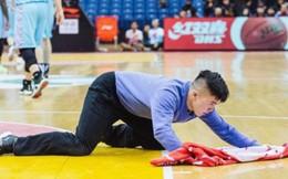 Thanh niên 'đổi đời' nhờ nghề lau sàn bóng rổ lương 30.000 đô/năm: Nghiêm túc trong công việc sẽ được đền đáp xứng đáng