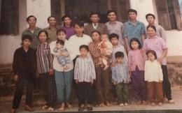 """Tết phong cách """"reply 1990"""": Cả đại gia đình xếp hàng chụp ảnh nghiêm túc như... kỷ yếu!"""