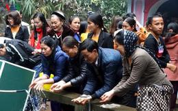 Hàng ngàn người đổ về đền thiêng xin nước thánh