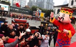 Ngày Thần Tài ở Trung Quốc: Người chen chân trong hương khói, kẻ tranh nhau sờ đĩnh vàng lấy may