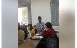 Đầu năm, thầy hiệu trưởng gây sốt khi đến từng lớp lì xì cho sinh viên
