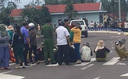 Hàng chục người dân dàn hàng ngang giữa Quốc lộ 1A để phản ứng dự án chế biến thủy sản