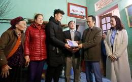 Ông Trịnh Văn Quyết trao 500 triệu đồng tiền thưởng cho thủ môn Bùi Tiến Dũng