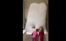 """Làm sao mà mấy đứa nhóc có thể tạo một """"lâu đài"""" xà phòng cao đến nhường này?"""