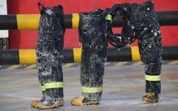 Trung Quốc: Lạnh đến nỗi đồ bảo hộ của lính cứu hỏa bị đóng băng dù đứng cạnh đám cháy